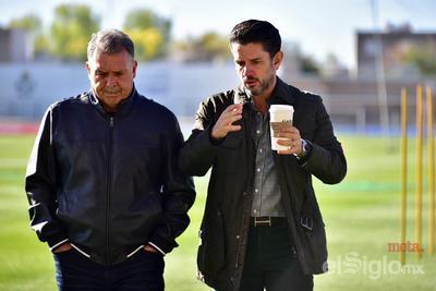 Irarragorri explica la forma de trabajo deportiva en Santos a Martino.