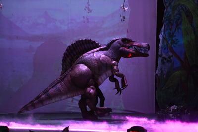 Más de 15 actores en escena se encargaron de dar vida a los personajes en esta aventura por una reserva secreta para salvar a los dinosaurios de la extinción.