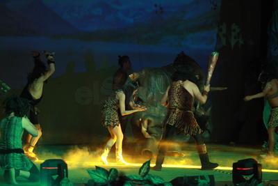 Números acrobáticos y un llamativo espectáculo de luces y sonidos formaron parte de la presentación.