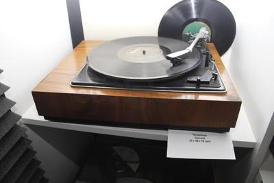 El encargado del museo, Omar García, informó que la fonoteca alberga más de 13 mil discos de vinilo los cuales son testigo del trabajo de programación musical.