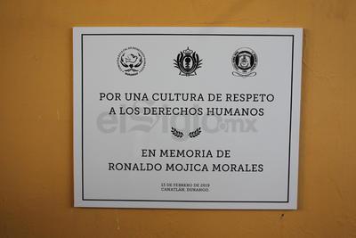 Autoridades develaron una placa en memoria del estudiante fallecido.