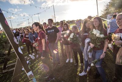 """Los alumnos de MSD al parecer prefirieron honrar en privado a sus compañeros y maestros muertos o quisieron evitar a los muchos periodistas congregados en la escuela, a juzgar por la poca asistencia a la llamada jornada """"de servicio y amor""""."""