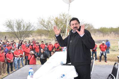 El dirigente del sindicato Nacional Minero, Napoléon Gómez, dio un mensaje ante los mineros y familiares en el evento de Pasta de Conchos.