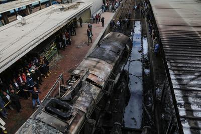 """""""Ha habido muchos muertos, estaban totalmente quemados y también heridos en estado muy grave"""", comentó Salah en ese andén, de donde habitualmente parten los trenes de Alejandría."""