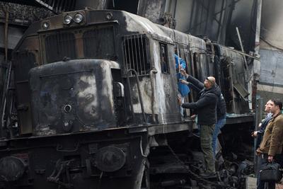 """""""Hemos escuchado la explosión, el sonido de un impacto muy fuerte en la estación. Bajamos y vimos la locomotora en llamas"""", relató a Efe Hossam Salah, un trabajador de la estación, con palabras entrecortadas, todavía conmocionado por lo que vivió en el andén número 6 poco después de las 9.30 hora local, en plena hora punta."""