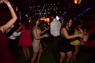 Parejas bailan al ritmo de Los Ángeles Azules.