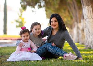 Ainhoa e Isabel Guadalupe Kamp Leal con su mama, Idoia Leal de Kamp