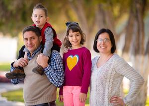 Manuel Inaki Leal con su esposa, Marjolaine Dupuy de Leal, y sus hijos, Aitana y Julen