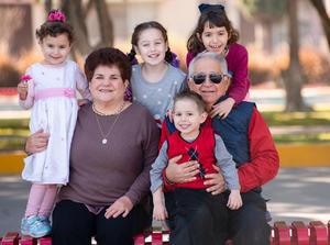 Manuel Leal Garza y Asuncion Belausteguigoitia de Leal con sus nietos, Aitana, Julen, Ainhoa e Isabel