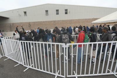 En el primer contingente de migrantes que arribó a la ciudad de Piedras Negras, autoridades les realizaron una revisión.