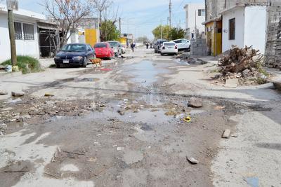 La calle Lago de Peñuelas es parte de la ruta del Panteones, por las condiciones en las que se encuentra, concesionarios determinaron buscar otras calles, sin embargo, la gente no quiso y comenzó a poner piedras para evitarlo.
