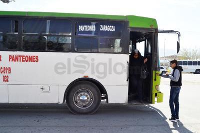 Habitantes de Zaragoza, las Luisas y la Lázaro Cárdenas, toman el camión en el bulevar Laguna Sur.
