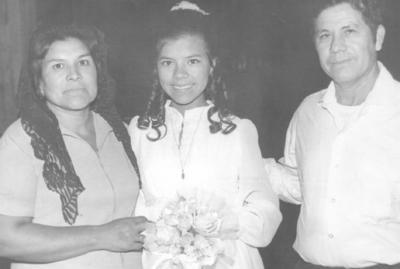 Beatriz Mireles vda. de Ruiz y Heliodoro Ruiz R. con Silvia Ruiz M. en octubre del 73'.