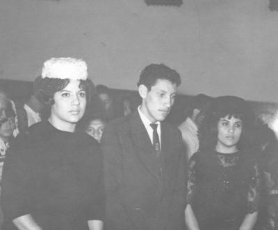 Ma. de Lourdes Gómez de González el día de su onomástico el 11 de febrero. La acompañan sus hermanos, José Luis y Olivia Gómez Esparza, en 1963.
