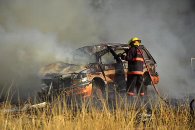 En el sitio se apreciaba una extensa columna de humo y el fuego tardó en controlarse, ya que el viento impedía sofocarlo, pues las llamas se extendieron de auto en auto; sin embargo, la situación se controló alrededor de las 17:20 horas de este lunes.