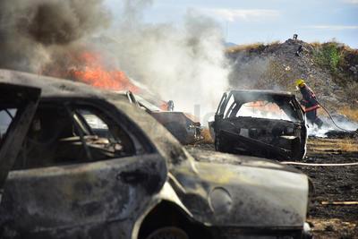 La tarde de este lunes se registró un fuerte incendio en el corralón que se ubica en el ejido Las Huertas de Gómez Palacio, el cual dejó afectaciones en cerca de 50 vehículos, pero sin lesionados.