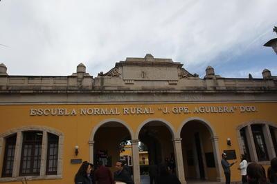 En un acto público, el titular de Educación, Rubén Calderón Luján, aceptó la responsabilidad como autoridad.