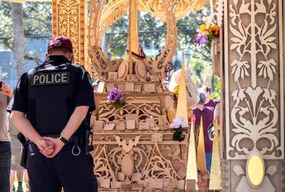 """El tributo a las víctimas se trasladó hacia el medio día al """"Templo del tiempo"""", una escultura en madera reciclada construida por el artista David Best junto con un grupo de voluntarios para conmemorar el primer aniversario."""