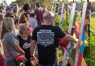 """La comunidad de Parkland (Florida) recordó este jueves con """"recogimiento"""", según dijo uno de sus vecinos, el tiroteo que el Día de San Valentín de 2018 acabó trágicamente con la vida de 14 estudiantes y tres empleados de la escuela secundaria Marjory Stoneman Douglas (MSD)."""