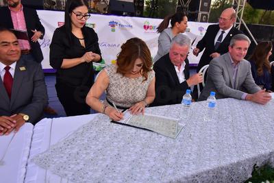 De manera simbólica cinco de las parejas firmaron su acta de matrimonio ante la presencia de los Oficiales del Registro Civil Rafael García de Alba y Angelina Elvia Colores Medina.