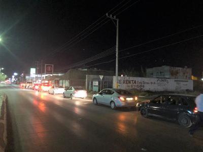 Anoche, conductores hicieron largas filas en estaciones de servicio.