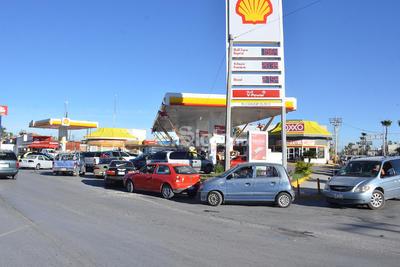 Algunos automovilistas comentaron que fue a través de redes sociales como se dieron cuenta del problema de abastecimiento de combustible en varias estaciones desde el día de ayer, por lo que optaron prevenirse.
