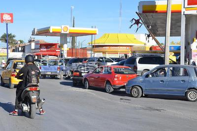 Mientras algunas estaciones de servicio reportan poco abasto de gasolina Magna (verde) y otras se vieron obligadas a cerrar por la falta de combustible, otras comienzan a abarrotarse por conductores preocupados.