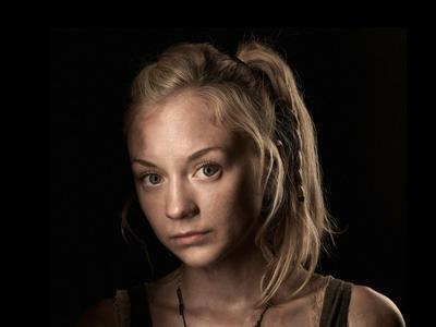 Emily Kinney en The Walking Dead  Parece increíble pero Kinney tiene actualmente 33 años. Entró a The Walking Dead en 2011 e interpretaba a una joven de 15. Nadie lo dudó y es que la actriz tiene una cara muy joven, pero sólo para recalcar, ella ya tenía por lo menos 10 años más que el personaje para ese entonces.