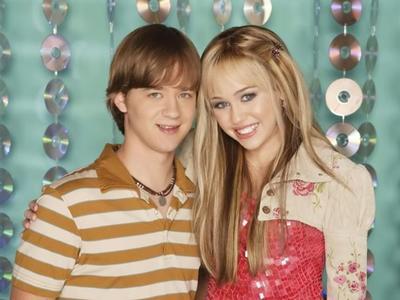 Jason Earles en Hannah Montana  Fue mucho más creíble para las primeras temporadas, cuando Jason, en el papel del hermano de Hannah Montana, aunque mayor que ella, era todavía un adolescente. No debía estar muy lejos de la mayoría de edad y lo creímos, a pesar de que entonces Earles tenía el doble de esa vida vivida.