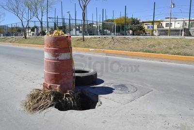 Hundimiento lleva meses. Las calles que corren paralelas al parque también presentan desperfectos. Frente a la Cerrada del Magnesio de la colonia Residencial del Norte, desde hace meses está un hundimiento que no ha sido atendido.