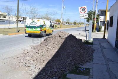 Reparaciones inconclusas. Cuando el personal del SIMAS acude a atender quejas por fallas en la red de drenaje, deja la tierra sobre la avenida de los Metales, obstruyendo el paso de vehículos y peatones.
