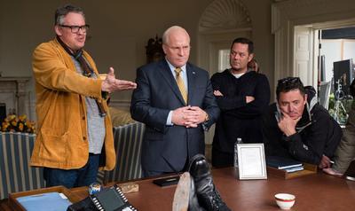 ADAM MCKAY, EL RIDÍCULO DE LA POLÍTICA. Tras atreverse en The Big Short (2015) a narrar de forma irónica y mordaz el inicio de la gran recesión, Adam McKay ha recibido ahora la segunda nominación a mejor director de su carrera gracias a su mirada sarcástica a la política y al exvicepresidente de Estados Unidos Dick Cheney en Vice. Los inicios cómicos de McKay (Philadelphia, EUA, 1968) en películas como Anchorman: The Legend of Ron Burgundy (2004) se dejan notar en su estilo juguetón como realizador, donde son abundantes los guiños irónicos, los insertos o el cruce de géneros. McKay ya sabe lo que es llevarse a casa una estatuilla puesto que por The Big Short ganó el Oscar al mejor guion adaptado por su labor junto a Charles Randolph.