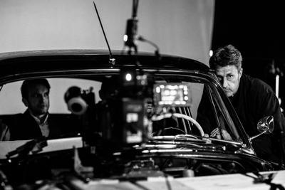 """PAWEL PAWLIKOWSKI, AMOR IMPOSIBLE EN BLANCO Y NEGRO. Con """"Ida"""" (2013) ya recibió la estatuilla a la mejor película en lengua extranjera, así que el aclamado cineasta polaco Pawel Pawlikowski pisará terreno conocido en estos Oscar donde Cold War cuenta con tres nominaciones: mejor director, mejor fotografía y mejor filme en lengua no inglesa. Con un espléndido blanco y negro y una historia de amor imposible, Cold War maravilló en certámenes como el Festival de Cannes, donde Pawlikowski (Varsovia, 1957) se hizo con el premio al mejor director. Cold War narra la historia de Zula y Wiktor, una cantante y un director de orquesta que se enamoran pero que quieren llevar dos vidas muy diferentes: ella quiere permanecer en Polonia, pero él desea huir de las prohibiciones y la falta de libertad de su país."""