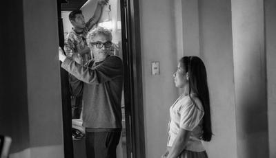 """ALFONSO CUARÓN, DE ROMA AL CIELO. Cinco años de silencio desde Gravity"""" (2013) han valido definitivamente la pena para Alfonso Cuarón (Ciudad de México, 1961), que con Roma no sólo ha firmado su proyecto más personal, sino que ha logrado convertirse en uno de los indiscutibles fenómenos cinematográficos de la temporada. Al frente de esta película en todos sus recovecos, la dirección de Cuarón en Roma brilla por su maestría a la hora de conjugar todos los elementos del lenguaje cinematográfico, desde los planos secuencia a la configuración de espacios tanto íntimos como multitudinarios. Ganador del Oscar a mejor director por Gravity, Cuarón llega lanzado con Roma tras recibir los galardones a mejor dirección en los Globos de Oro y los Bafta. Aunque la mejor señal de sus posibilidades es, quizá, haberse llevado el premio del Sindicato de Directores (DGA), un oráculo bastante fiable, puesto que en nueve de los últimos diez años los cineastas que triunfaron en los reconocimientos de esa organización se alzaron también con la victoria en los Oscar."""