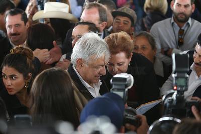 Sin embargo, el incidente no pasó a mayores y para cuando López Obrador arribó al estadio de béisbol, ya se habían calmado los ánimos.