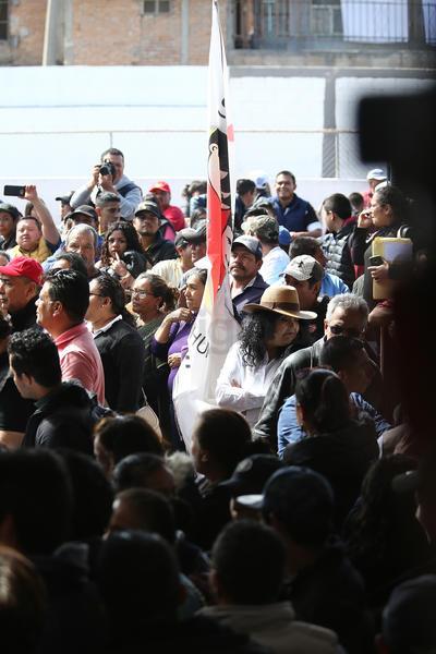 Antes de que López Obrador llegara al lugar, arribó un grupo de personas vinculadas con el sistema CADI, mismas que comenzaron a exigir el acceso a una zona cercana al templete instalado para el evento.
