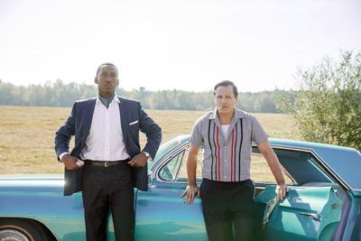"""GREEN BOOK. Es la """"feel-good movie"""" del año, esa película cuyo visionado te hace sentir bien y que suele atraer de forma inequívoca a los académicos, especialmente gracias a su historia en la que un hombre blanco y otro afroamericano dejan atrás sus diferencias para formar una entrañable amistad. La obra se llevó el galardón Darryl F. Zanuck en los premios del Sindicato de Productores, que suelen ser un buen indicador de las preferencias de los Oscar en la categoría de mejor película: en los últimos diez años, el ganador de ese premio se llevó la estatuilla principal en ocho ocasiones. La cinta de Peter Farrelly se basa en la vida real de Tony Lip, un duro italo-estadounidense que trabajaba como seguridad en el club Copacabana de Nueva York y que en 1962 se convirtió en el chófer de un magnífico pianista negro, Don Shirley, durante su gira por el sur de Estados Unidos."""