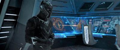 """La enorme campaña publicitaria en torno a Black Panther (Disney) dio sus frutos y consiguió el objetivo deseado: hacer historia al convertirse en la primera cinta de superhéroes en lograr una nominación al Oscar a la mejor película, todo un hito para un film que ha dejado su impronta en la cultura popular estadounidense con frases como """"Wakanda Forever"""". Habida cuenta del momento que vive en la industria, donde este tipo de películas triunfan  normemente entre los espectadores, este hito era previsible desde que The Dark Knight se quedara fuera de la lucha por la estatuilla en los Oscar de 2009. Tras las críticas, la Academia decidió aumentar el número de candidatas, pero no ha sido hasta una década después que los académicos dieron su brazo a torcer. Lo hacen con la apuesta de Marvel por la diversidad, repleta de talento afroamericano para esta historia en la que T'Challa regresa a su hogar, una nación africana aislada del mundo pero con un tremendo potencial tecnológico."""