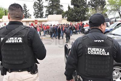 Cerca de 20 patrullas con 180 elementos de las policías municipales de Nueva Rosita y Fuerza Coahuila, custodiaron la marcha.