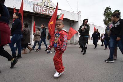 Viudas, niños, hermanas y familiares de los mineros muertos encabezaron la caminata desde la escuela de ingeniería hasta la mina en Pasta de Conchos.