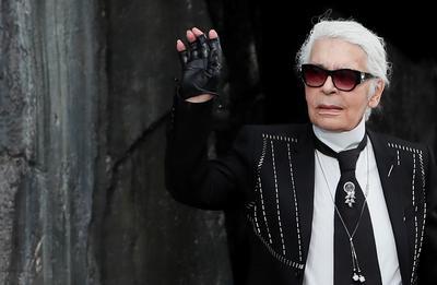 Nacido en Hamburgo pero instalado en París desde los años 50, Lagerfeld creó su propio estilo, inconfundible, para abrirse un espacio propio entre las leyendas de la moda y era considerado por muchos como uno de sus grandes iconos.