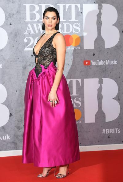 Artistas desfilan en la alfombra roja de los BRIT Awards