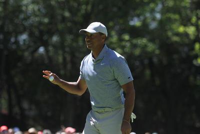 En medio de medidas de seguridad, Tiger Woods juega en el Campeonato Mundial de Golf México 2019 de la PGA Tour, en el que es acompañado por Benjamín Salinas Sada y su esposa, como anfitriones y organizadores del evento, así como una afición ferviente y atenta a sus acciones.