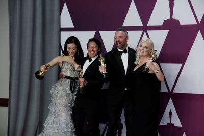 Elizabeth Chai Vasarhelyi, Jimmy Chin, Evan Hayes, y Shannon Dill ganadores de Mejor Documental por Free Solo.