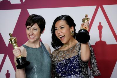 Becky Neiman-Cobb  y Domee Shi, ganadoras por la categoría a Mejor Corto Animado por Bao.
