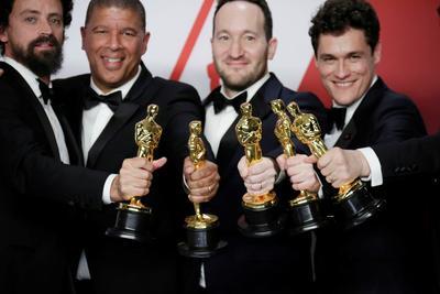 Bob Persichetti, Peter Ramsey, Rodney Rothman, Phil Lord y Christopher Miller, ganadoras a la categoría Mejor Película Animada por Spider-Man.