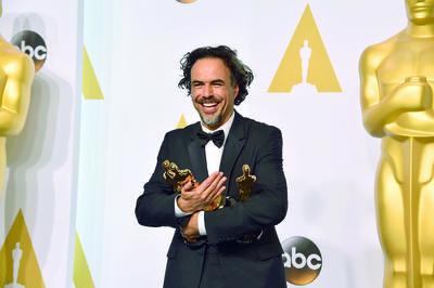 Alejandro González Iñárritu. Tiene cinco premios. Tres por Birdman, entre ellos Mejo director; otro por The Revenant , en la misma terna, y uno más por Carne y arena.
