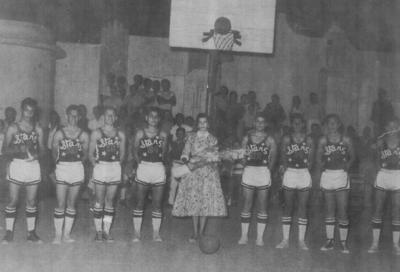 24022019 1957, Equipo Stars, campeón de basquetbol de Gómez Palacio, compuesto por estudiantes del Insituto Francés de La Laguna y del Instituto 18 de marzo: José Rosette (f), Pepé Arredondo (f), Guty Arredondo (f), Jorge Borrego (f), Madrina Elba Cebrián, Sergio Villarreal (f), Papusí Hernández, Poncho Muñoz y Ándres Ramos.