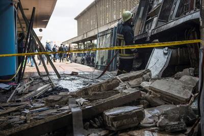 La locomotora fuera de control se estampó contra el tope de la vía, lo que causó la explosión de su tanque de combustible y un incendio que se tragó a los pasajeros que andaban por los andenes, dejando 20 muertos y 40 heridos, 28 de los cuales siguen hospitalizados y cinco están en estado grave.