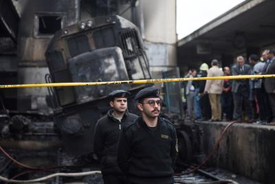 El fuego se apoderó hoy de la siempre bulliciosa estación de Ramsés de El Cairo y dejó a decenas de personas carbonizadas, tiradas en el suelo del andén número 6, tras la colisión de una locomotora sin conductor contra el tope de la vía.